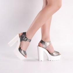 Zapatos de fiesta color plateado suela blanca
