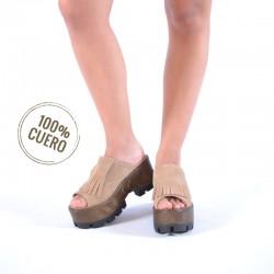 Sandalia de cuero camel con flecos