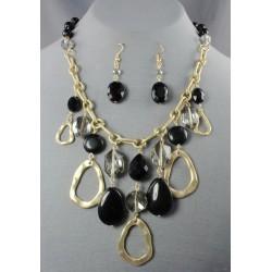 Collar dorado con piedras negras